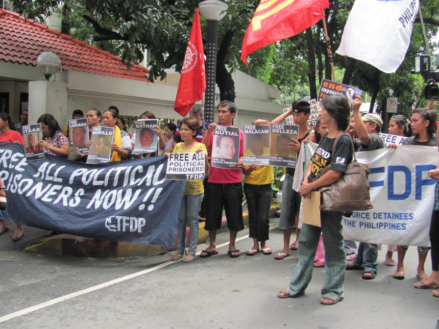 Picket at DOJ Free All Political Prisoners Photo by Orly Gravador/TFDP